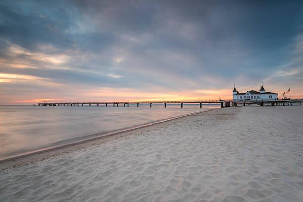 pier vor sonnenaufgang, ostsee ahlbeck, heringsdorf), deutschland - usedom stock-fotos und bilder