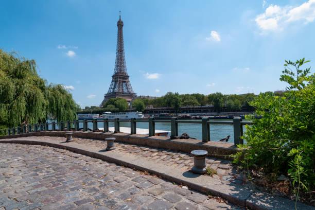 Anlegestelle für Hausboote vor dem Eiffelturm – Foto