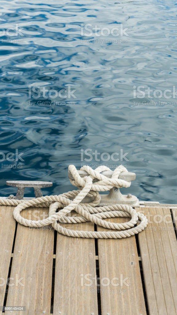 cais no porto - vertical - foto de acervo