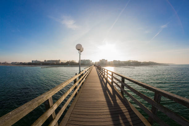 Pier of kuehlungsborn with the city skyline in the sunset – Foto