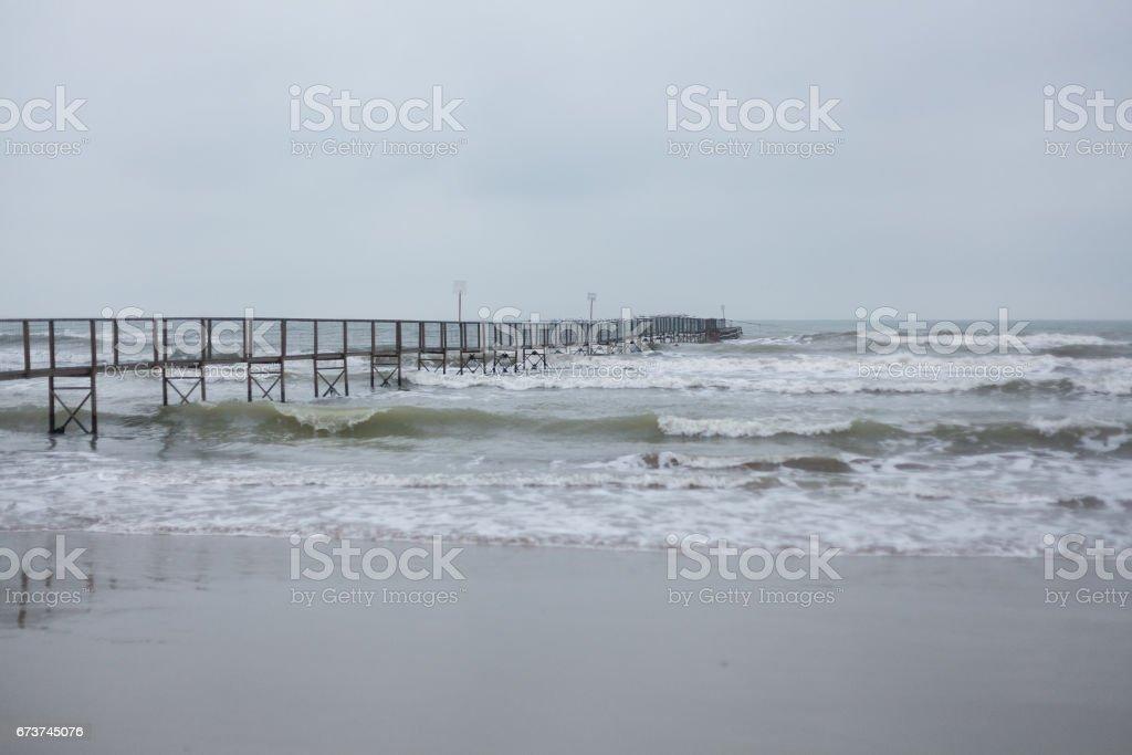 İskele dalgalı deniz royalty-free stock photo