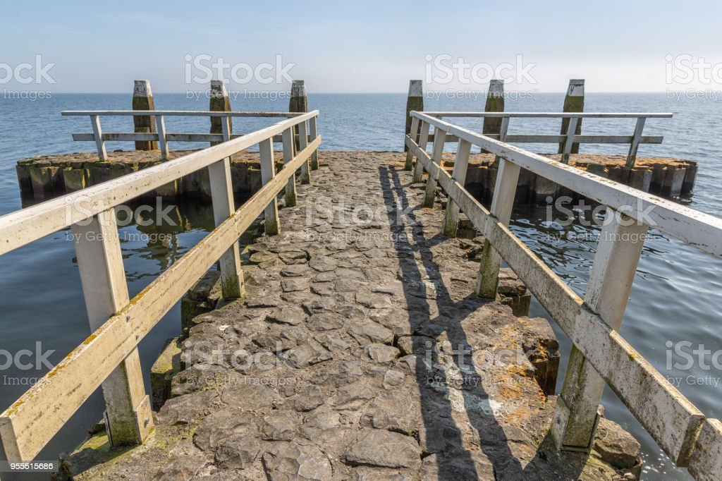 Pier met aanlegsteiger bij Afsluitdijk in Nederland foto
