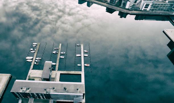bryggor med små båtar - drone copenhagen bildbanksfoton och bilder