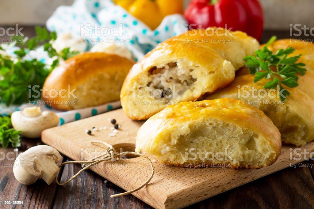 Tartes aux champignons et riz sur la table de cuisine en bois. Cuisine russe traditionnelle. - Photo de Aliment frit libre de droits