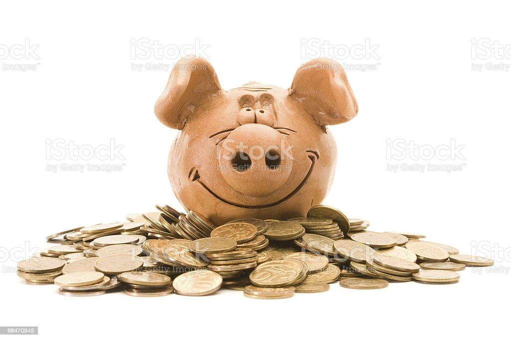 Banca di maiale sedile su un mucchio di monete foto stock royalty-free