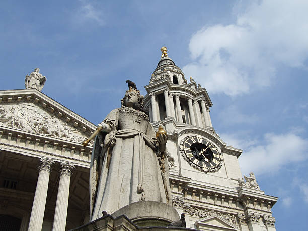 pigeons and queen anne statue at st. paul's cathedral - belkindesign stock pictures, royalty-free photos & images