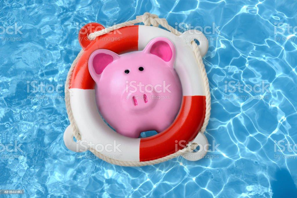 Alcancía en un concepto de salvavidas de rescate financiero - foto de stock