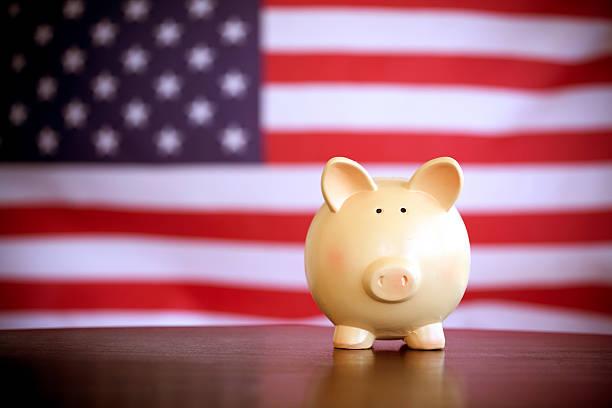 sparschwein auf einer amerikanischen flagge - wahlen in usa stock-fotos und bilder