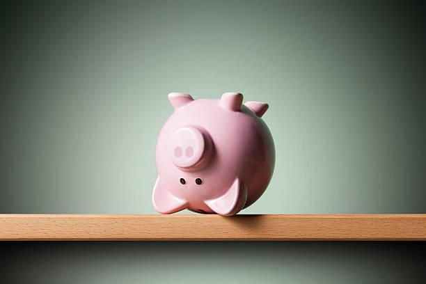 sparschwein auf den kopf gestellt - börsencrash stock-fotos und bilder