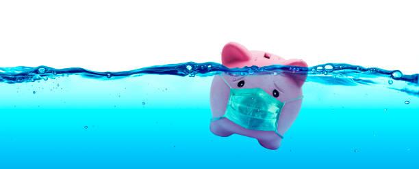 Schweinchen tragen eine schützende Gesichtsmaske Ertrinken in Unterwasser - Schutzkonzept und Einsparungen zu riskieren – Foto