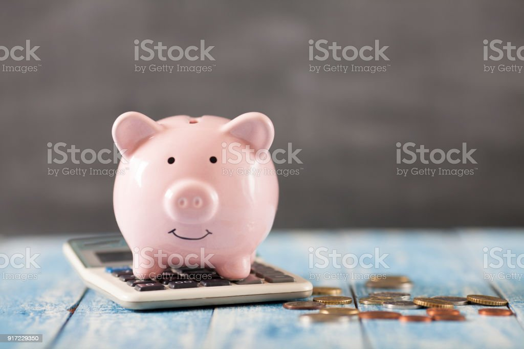 Piggy bank met calculator​​​ foto