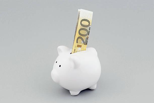 Alcancía con moneda europea - foto de stock