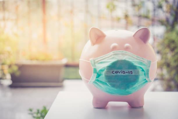 piggy bank avec masque facial, crise financière et krach du marché en raison du coronavirus - tirelire photos et images de collection