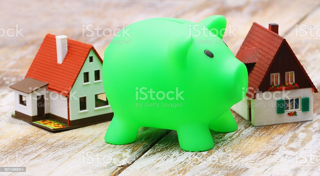 Piggy bank with model houses in the background photo libre de droits
