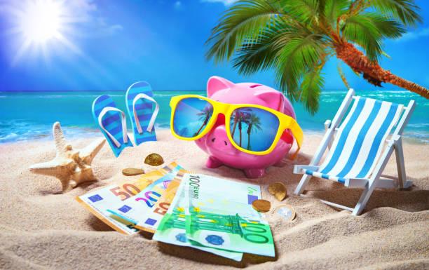 Sparschwein mit Sonnenbrille entspannen Sie sich auf den Urlaub am Meer – Foto