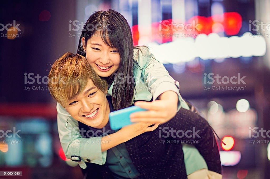 Levando casal japonês - foto de acervo