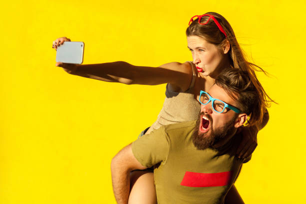 piggyback - brunette woman eyeglasses kiss man foto e immagini stock
