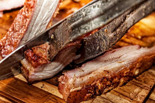 vientre de cerdo asado a la parrilla de la barbacoa casera - tocino fotografías e imágenes de stock