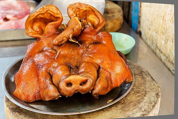 schwein-chef in bangkok markt - tierpenis stock-fotos und bilder