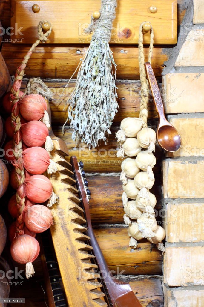 Pigtail with onion and garlic, vintage Washing board, iron, bandura. Ancient traditional Ukrainian lifestyle стоковое фото
