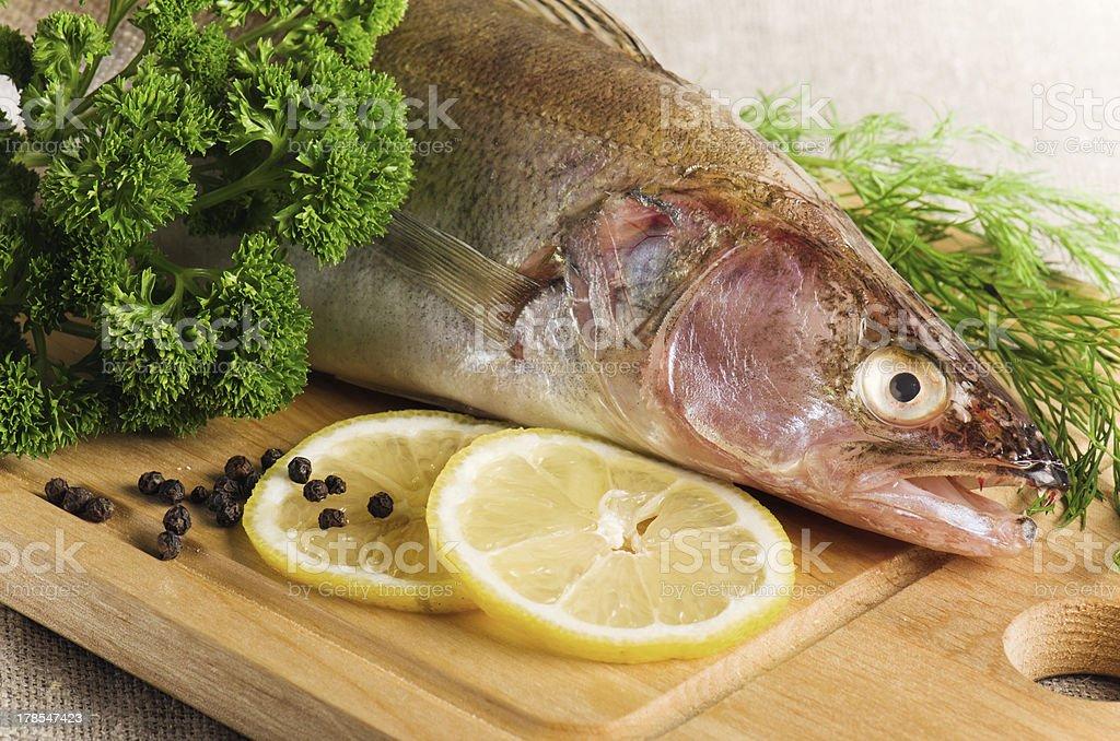 Pike Position auf eine hölzerne Küche an Bord – Foto