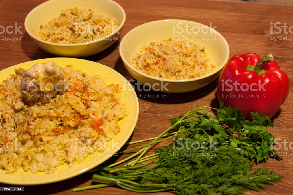 Pilaf on the clay plate on a wooden table. royalty free stockfoto