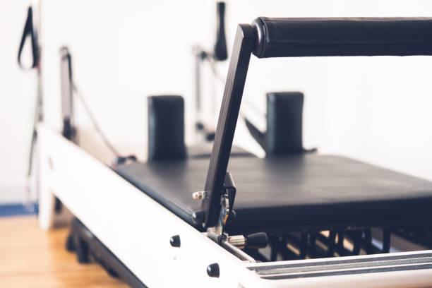 de apparatuur van pilates hervormer - pilates stockfoto's en -beelden