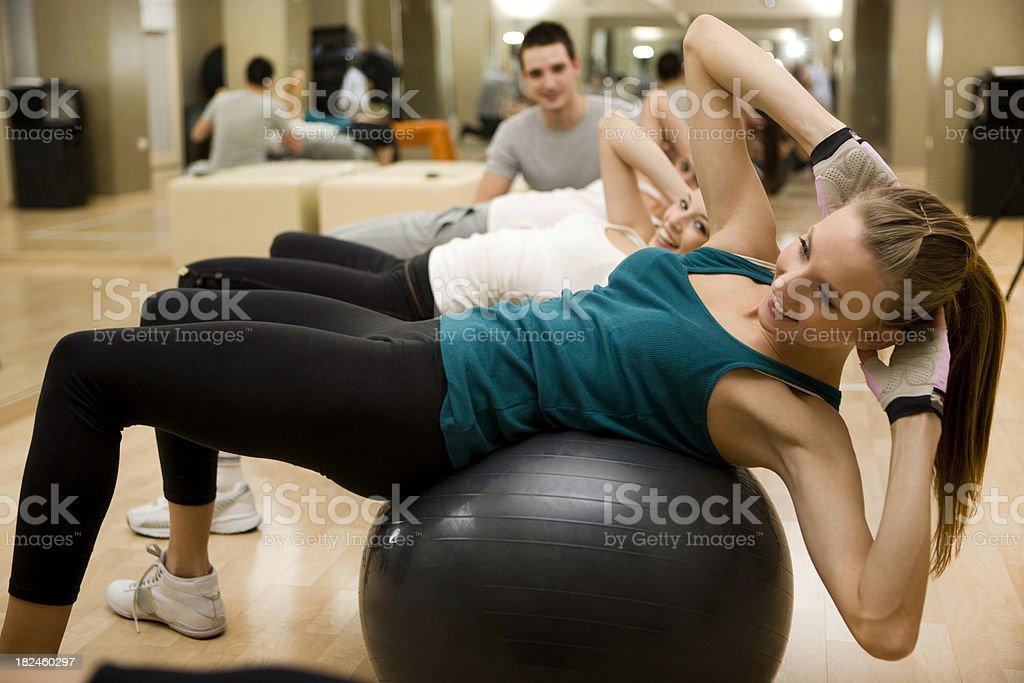 Pilates con bola foto de stock libre de derechos