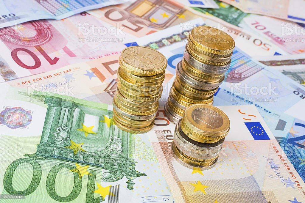 Pile di monete con banconote stock photo