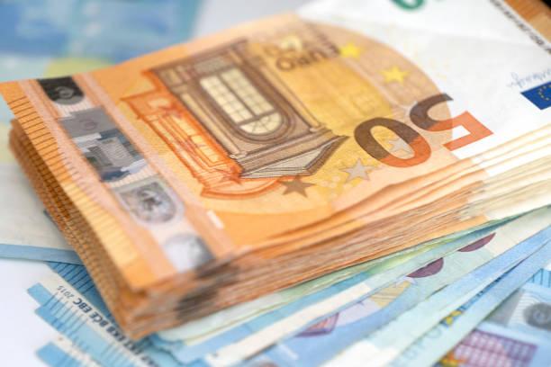 Haufen 50 Euro Banknoten – Foto