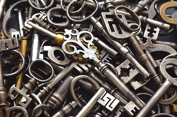 haufen von antiken schlüssel - schlüssel dekorationen stock-fotos und bilder