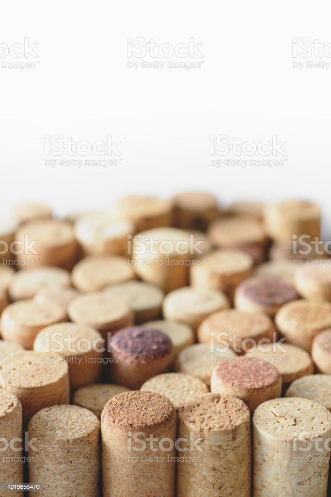 Tas de bouchons de vin utilisés assortis isolé sur fond blanc. Bouchent la vue. - Photo