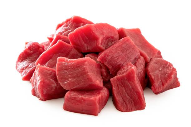 pilha dos cubos da carne isolados no branco. - cru - fotografias e filmes do acervo