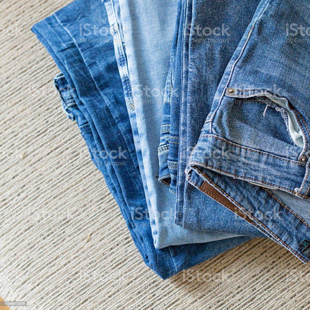 Ein Haufen Von Blue Jeans Auf Dem Grauen Sofa Stockfoto und ...
