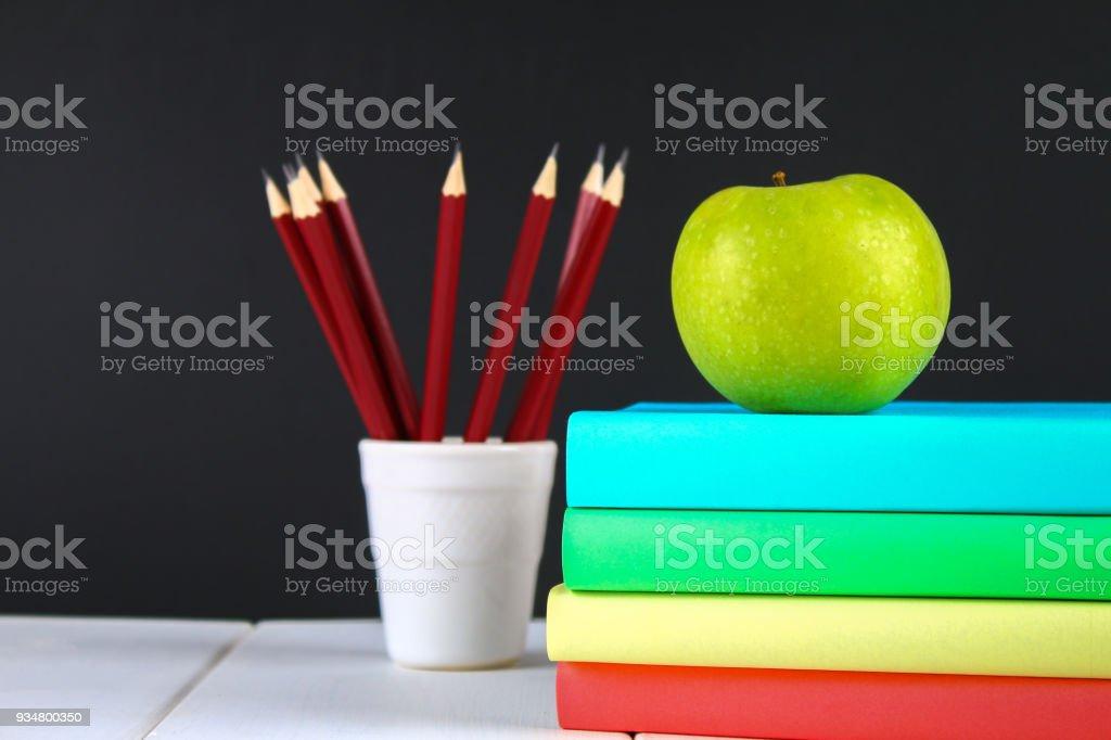 책과 칠판 배경 편지지의 더미. 작업 데스크, 교육, 학교. - 로열티 프리 0명 스톡 사진