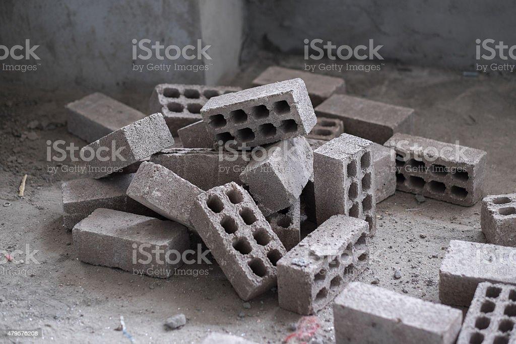 Gestapelte Steine auf dem Boden aus Cinderblock Zement – Foto