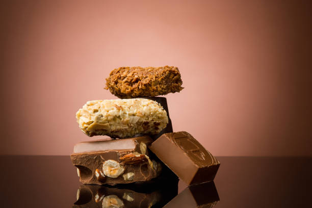 haufen von gebrochene schokolade - schokoladen trüffeltorte stock-fotos und bilder