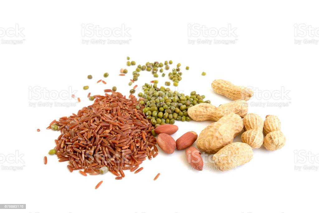 pile of brown rice, green bean and peanut photo libre de droits