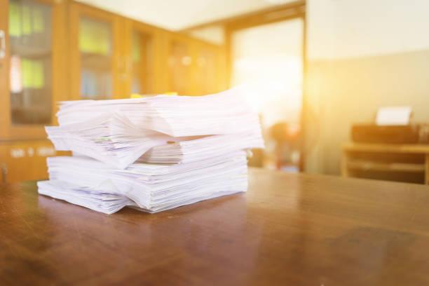 Stapel von Geschäftsunterlagen auf dem Schreibtisch, Stapel von Geschäftspapier über Bewerbungsunterlagen, Eintragung der Krankenversicherung am Arbeitsplatz des Sekretärs, Konzept der Geschäftsstelle – Foto