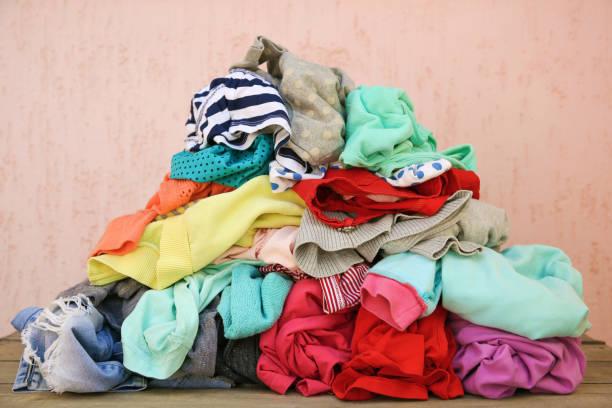 pile de vêtements épars négligemment dispersés. - vêtements photos et images de collection