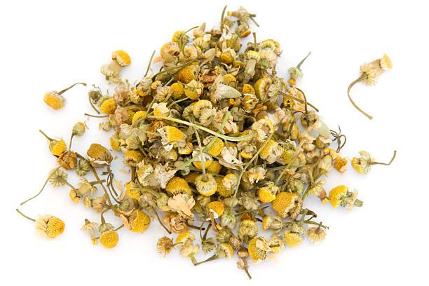 pila de de manzanilla sobre blanco - planta de manzanilla fotografías e imágenes de stock