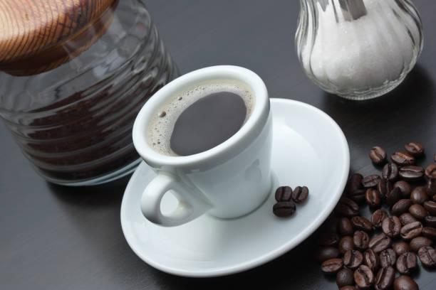 더미 원두 및 컵 - 커피 마실 것 뉴스 사진 이미지