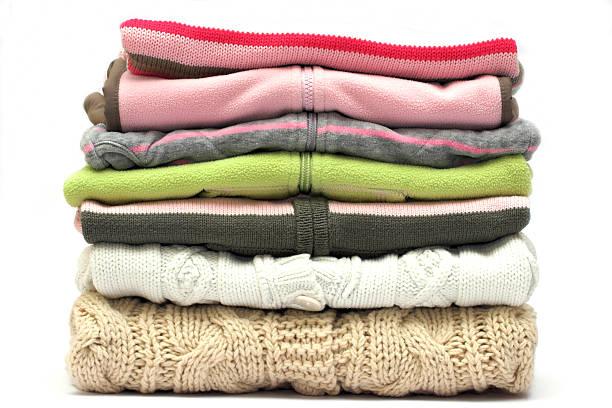 stapel pullover - kleidung falten stock-fotos und bilder