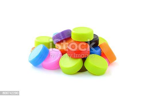 istock pila de la tapa de la botella de plástico coloridas sobre fondo  blanco 806742290 c730b03f4f31