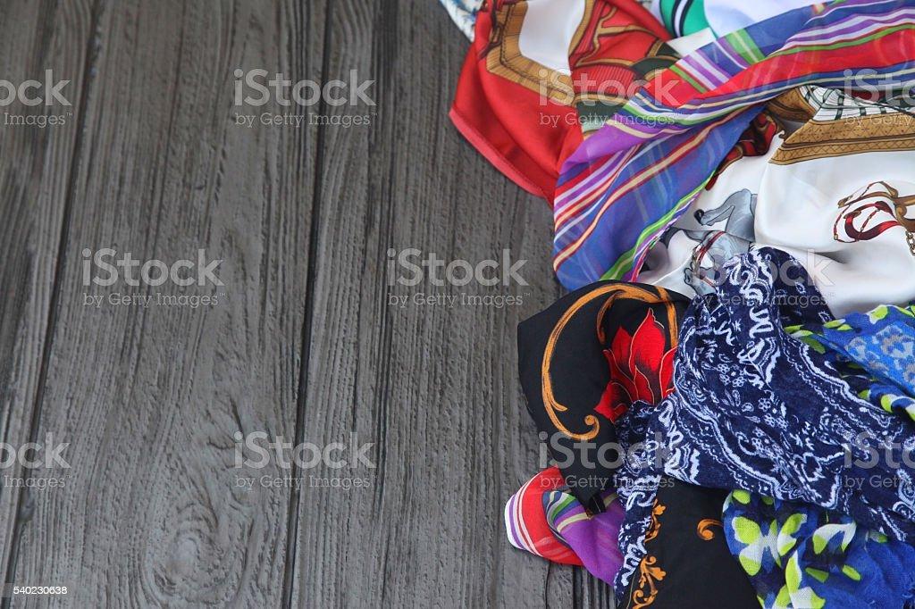 Haufen von bunten Schals auf einem Tisch. – Foto