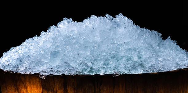 어두운 배경에 복사 공간에 나무 양동이에 얼음 조각의 더미. 음료, 맥주, 위스키, 과일 주스, 우유, 신선한 음식이 나 신선한 야채에 대 한 얼음 큐브 전경. - 얼음 조각 뉴스 사진 이미지