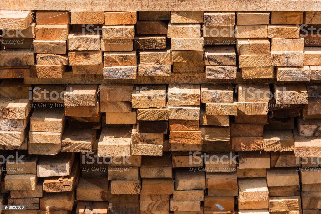 Haufen von Schnittholz für den Bau (Hintergrund, Muster, Textur). Thailand. – Foto