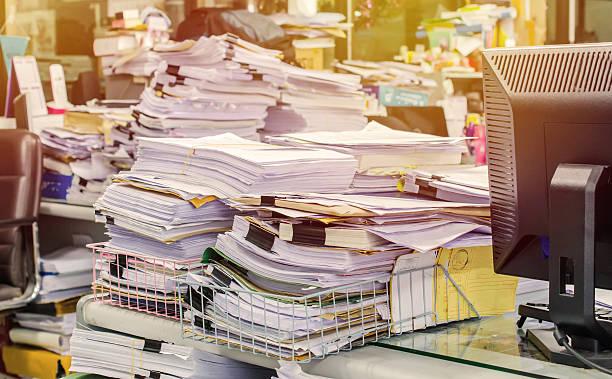 pilha de documentos na secretária pilha por cima - desarrumação imagens e fotografias de stock