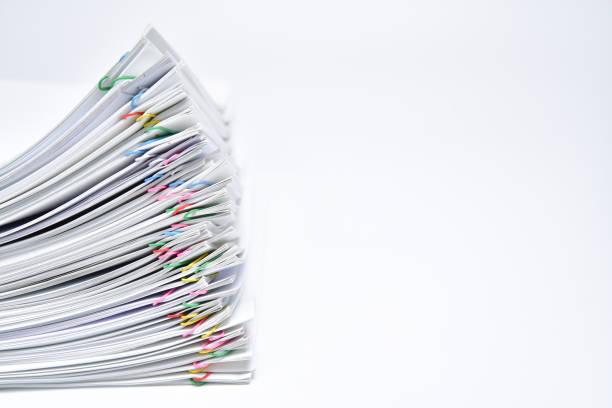 ein stapel von dokumenten mit textfreiraum auf weißem hintergrund. - bericht stock-fotos und bilder