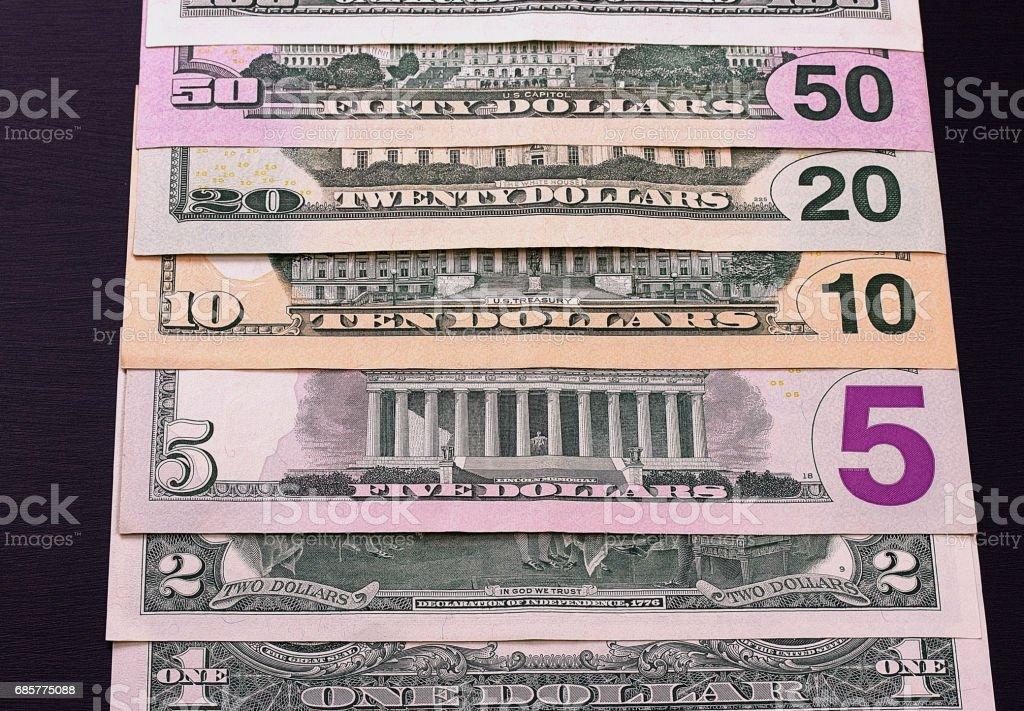 Tas de billets d'un dollar de différentes confessions sur backgrond noir. photo libre de droits